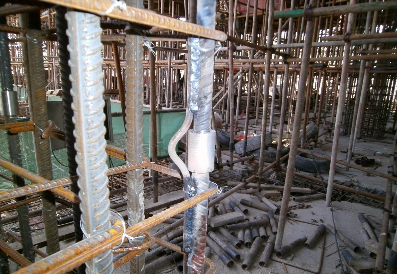 三、接地线(等电位)预留 配电室、强弱电井用40*4热镀锌扁钢预留接地端子。 卫生间等电位盒接地端子及等电位盒位置预留 用25*3热镀锌扁钢预留等电位接地端子及等电位盒位置;竣工后安装等电位盒。 四、45米以上楼层侧击雷防护 45米以上层金属窗、栏杆接地端子预留 按照相关防雷规范二类防雷高层住宅为防侧击雷,45米以上应把所有外露的金属(如:金属窗、栏杆等)做可靠接地。 具体做法如下: 用25*3热镀锌扁钢预留金属窗、栏杆接地端子,待可以等电位连接时再用BVR6mm2的线与其可靠连接。 45米以上每隔